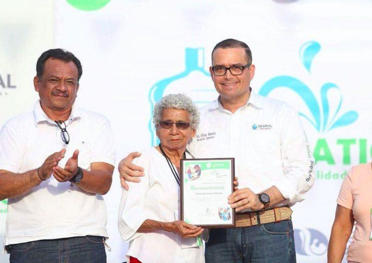 Entrega Abarca reconocimiento a Francisca Juárez
