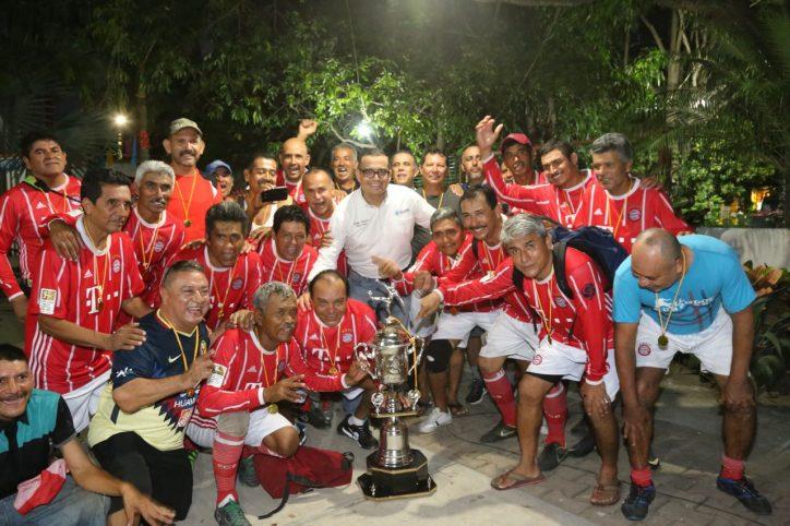 Premia Abarca a leyendas del futbol vallartense