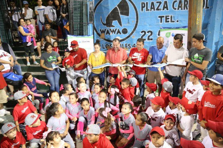 Inaugura Andrés Bebedero Público en el campo de Softbol